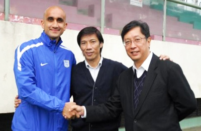 Zesh with Kitchee owner Ken Ng and Director of Football Alex Chi-Kwong Chu